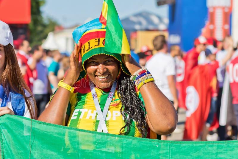 O fã da menina de uma das equipas nacionais africanas vestiu-se no colo fotografia de stock royalty free