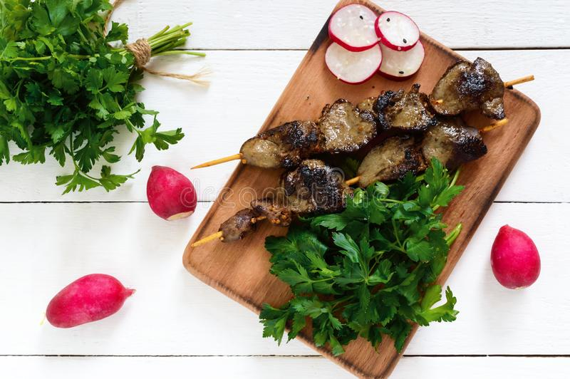 O fígado do coelho roasted em espetos com ervas e rabanete imagem de stock