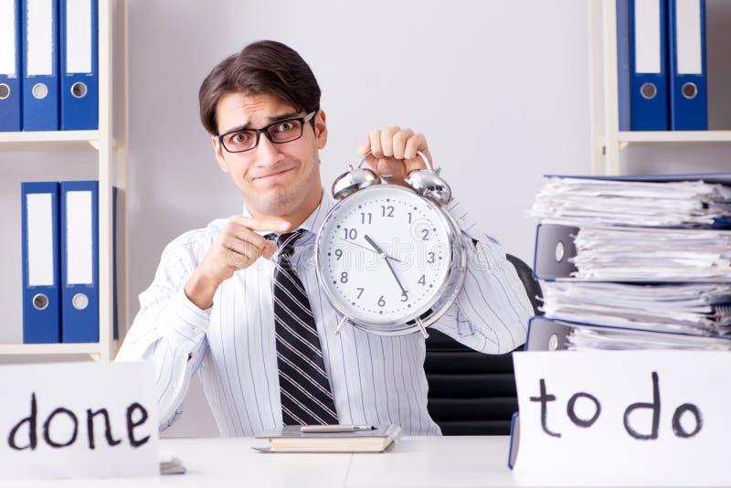 O failing do homem de negócios para entregar sua lista de afazeres foto de stock
