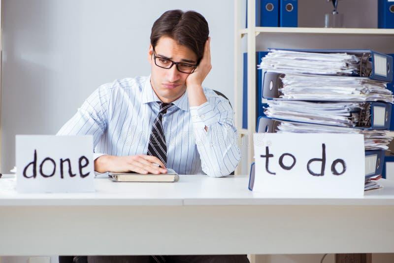 O failing do homem de negócios para entregar sua lista de afazeres imagens de stock