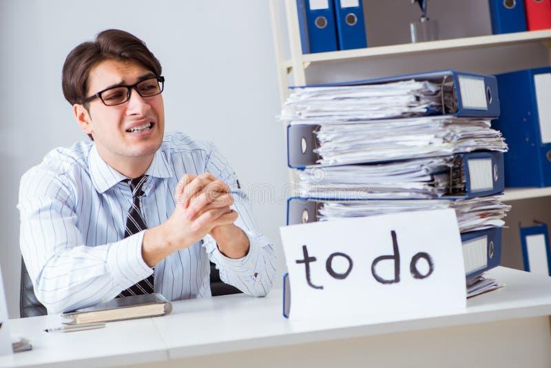 O failing do homem de negócios para entregar sua lista de afazeres foto de stock royalty free