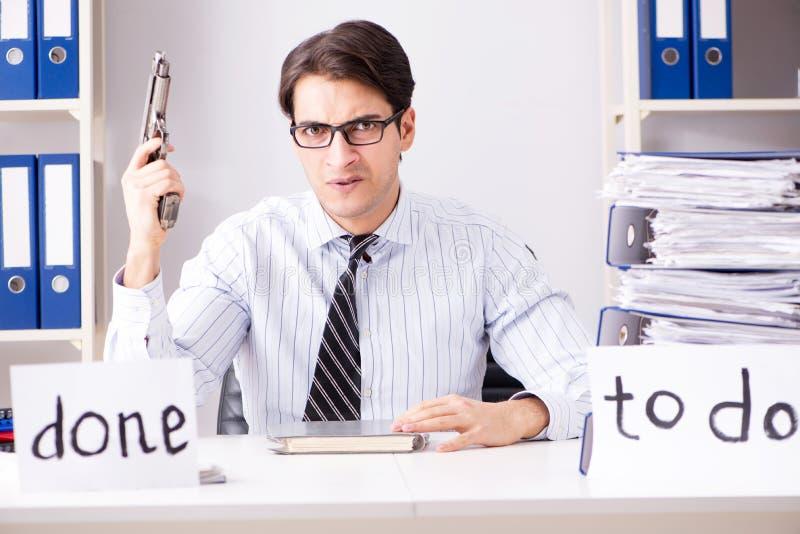 O failing do homem de negócios para entregar sua lista de afazeres fotografia de stock
