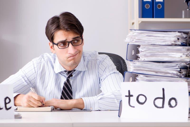 O failing do homem de negócios para entregar sua lista de afazeres fotografia de stock royalty free