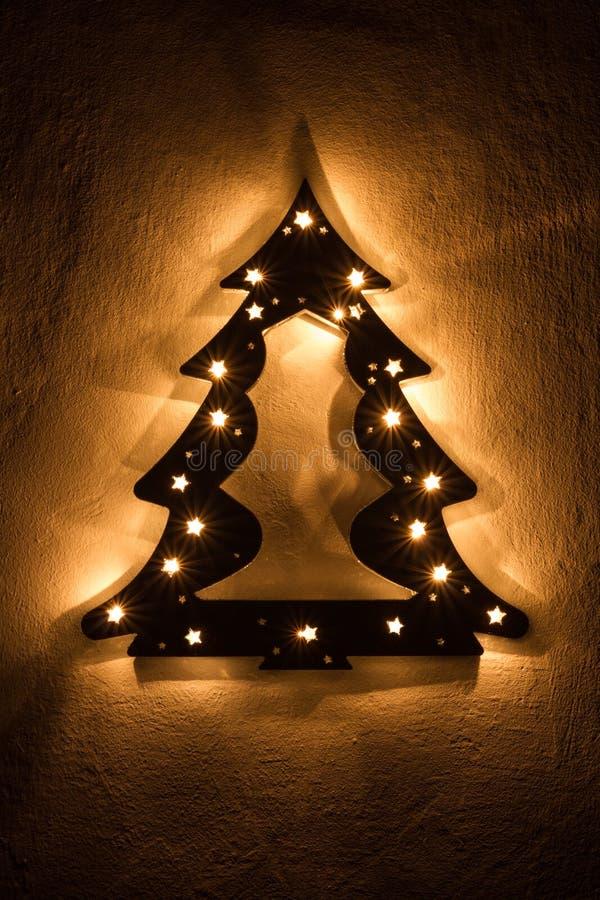 O falso iluminou a árvore de Natal com estrelas imagem de stock