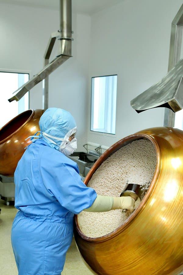 O farmacêutico fêmea trabalha em uma fábrica Produção de medicinas, pi imagens de stock royalty free