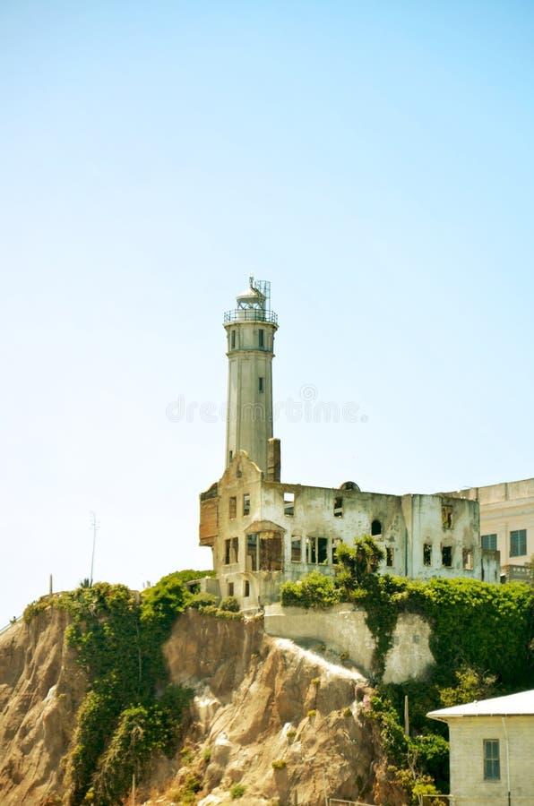 O farol abandonado velho de Alcatraz, fora da baía de San Francisco fotografia de stock royalty free