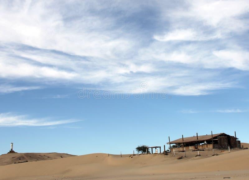O farol de desintegração arruina o alojamento abandonado na linha costeira de mar de Cortez perto do EL Golfo de Santa Clara, Son imagem de stock