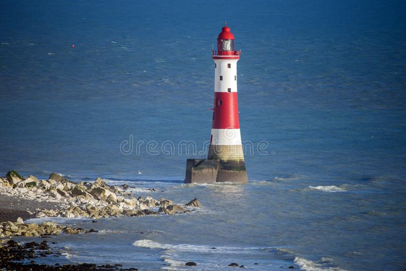 O farol e os penhascos de giz principais Beachy famosos perto de Eastbourne em Sussex do leste, Inglaterra imagem de stock