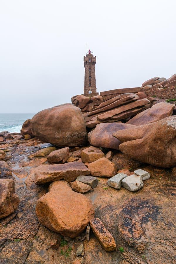 O farol em Ploumanach na costa de Granito Rosa em brittany imagem de stock