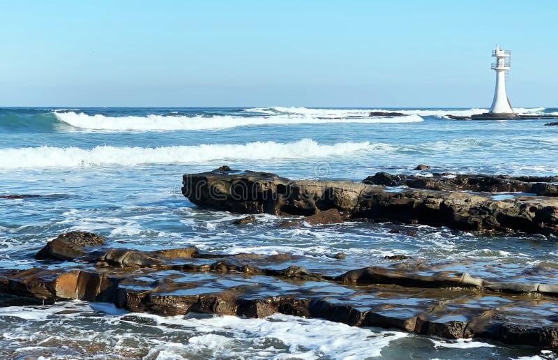 O farol no mar imagem de stock
