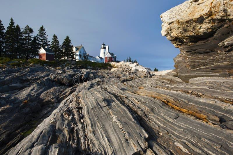 O farol senta-se em formações de rocha originais fotografia de stock