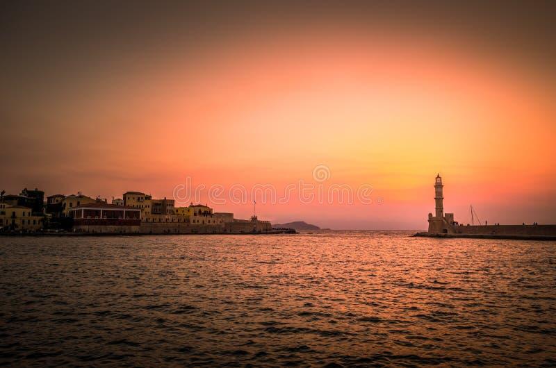 O farol velho de Chania no por do sol, ilha da Creta, Grécia foto de stock