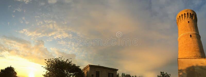O farol velho iluminado pelo sol fotografia de stock royalty free