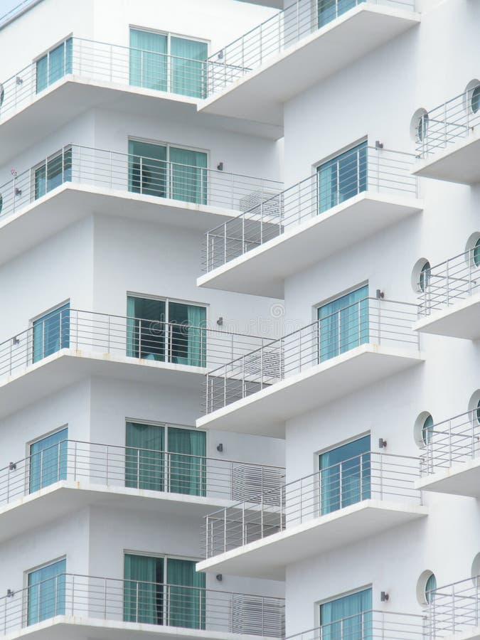 O fasade moderno da arquitetura sob a estrada relacionou-se ao presidente esquerdista do partido em relação à luta da libertação  fotografia de stock