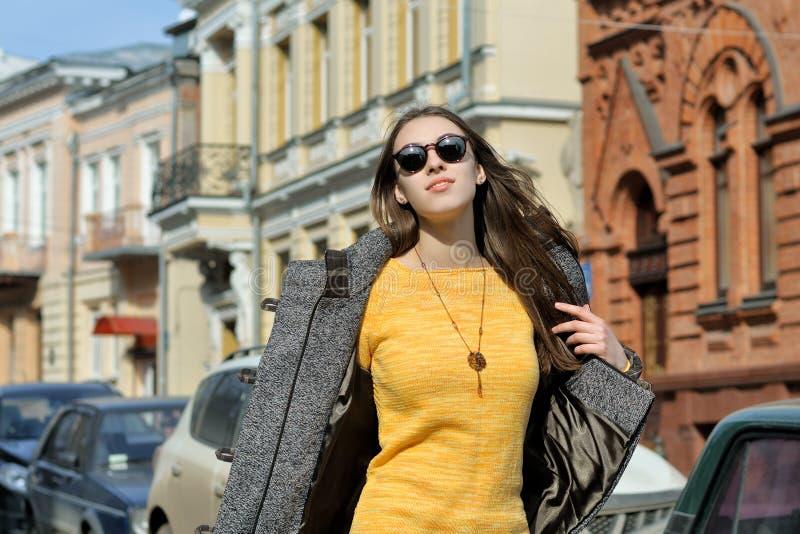 O fashionista bonito anda ao longo do passeio imagens de stock