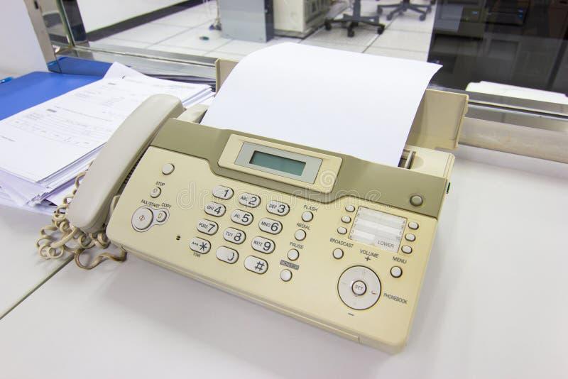 O fax para enviar documentos no escrit?rio fotografia de stock royalty free