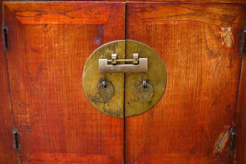O fechamento chinês antigo do armário imagem de stock