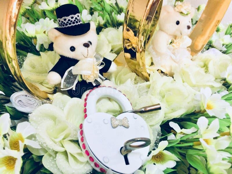 O fechamento está nas flores, ursos do casamento foto de stock