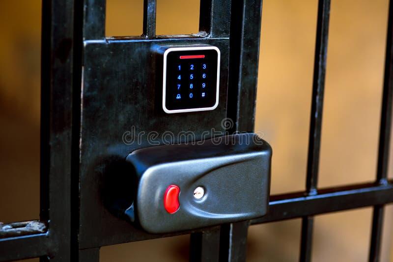 O fechamento na porta do ferro com um furo para a chave fotografia de stock royalty free
