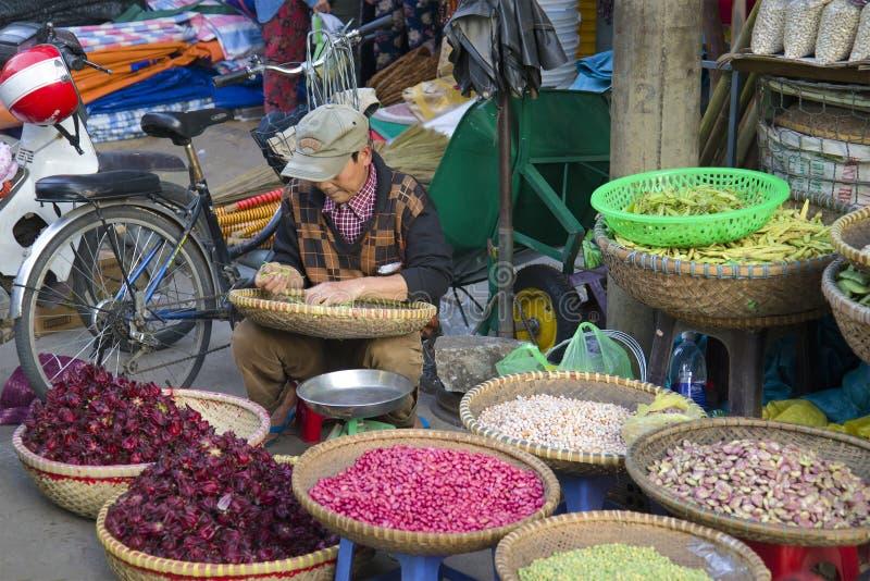 O feijão do negociante no mercado da cidade, Dalat fotografia de stock
