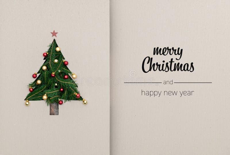 O Feliz Natal e os cumprimentos do ano novo feliz no cartão vertical da vista superior com eco natural decoraram a árvore de Nata imagem de stock royalty free