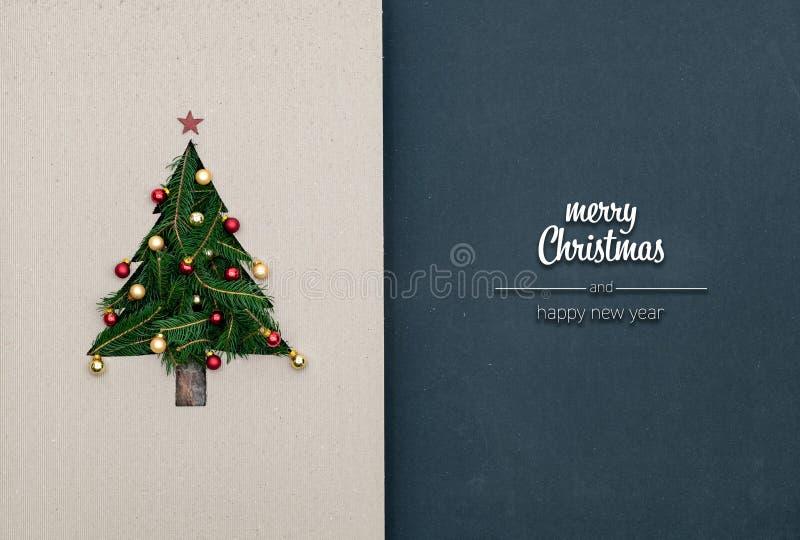 O Feliz Natal e os cumprimentos do ano novo feliz no quadro-negro escuro vertical da vista superior com eco natural decoraram o N fotografia de stock