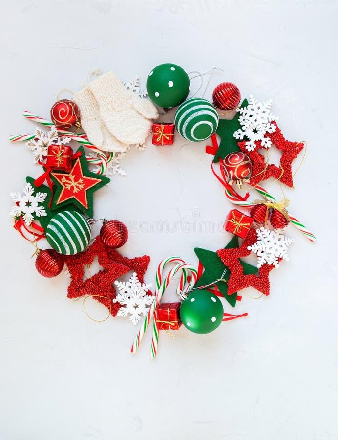 O Feliz Natal envolve brinquedos brancos vermelhos do feriado fotos de stock