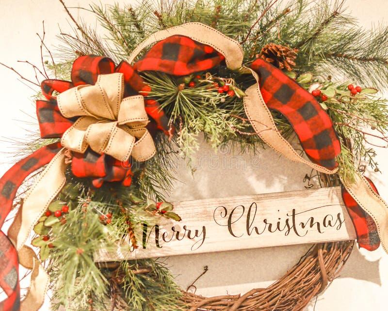 O Feliz Natal envolve-se com curvas vermelhas da manta fotografia de stock royalty free