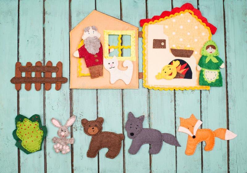 O feltro brinca o conto de fadas da história Brinquedos feitos a mão de feltro sobre o rusti de madeira fotos de stock