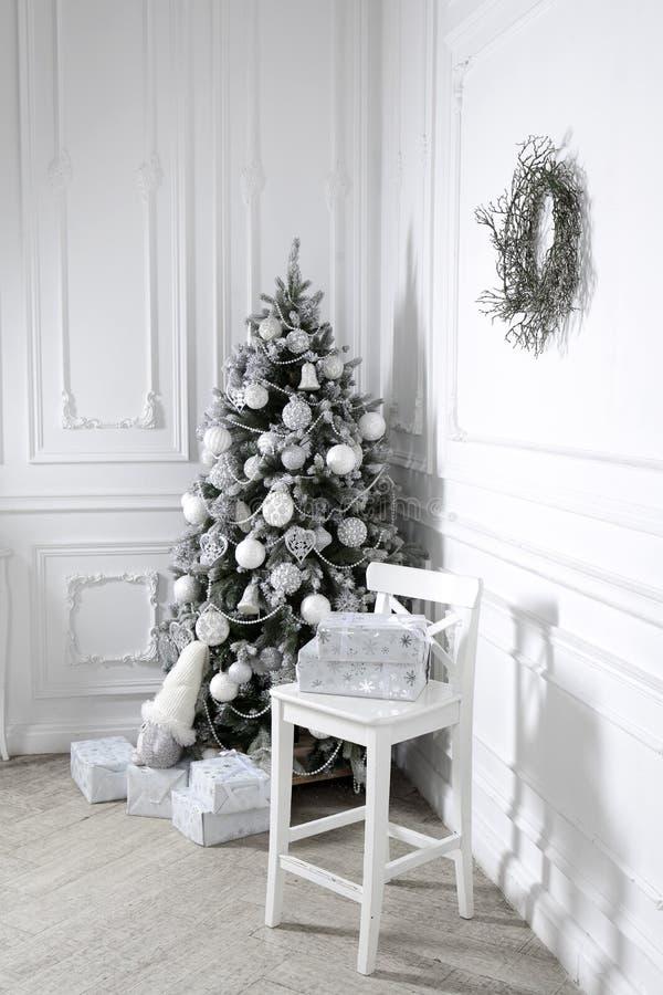 O feriado bonito decorou a sala com árvore de Natal imagens de stock royalty free
