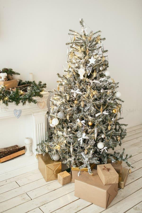 O feriado bonito decorou a sala com a árvore de Natal com presen foto de stock