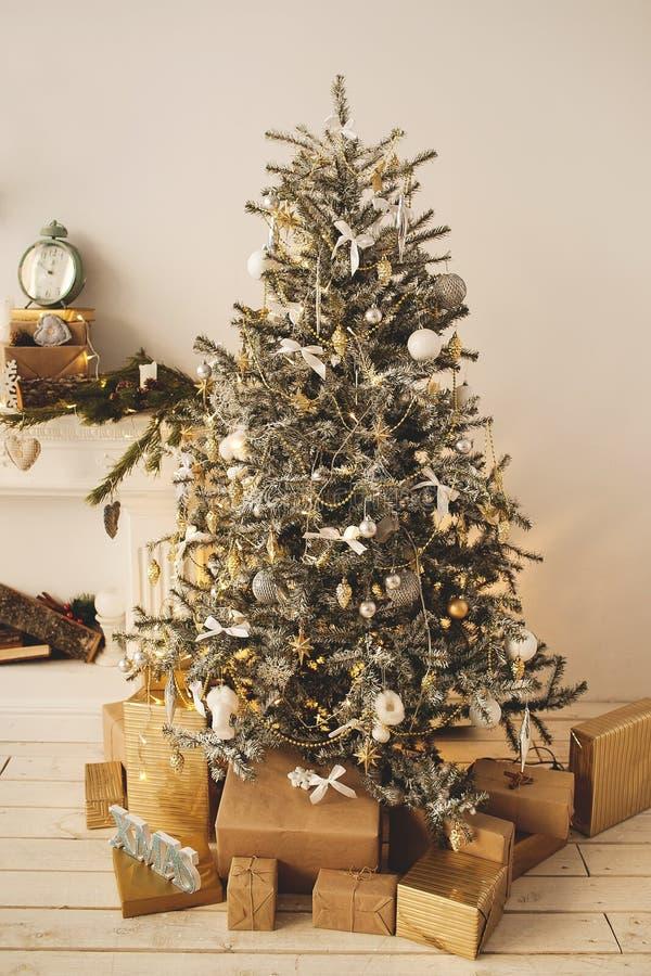 O feriado bonito decorou a sala com a árvore de Natal com presentes sob ele imagem de stock royalty free