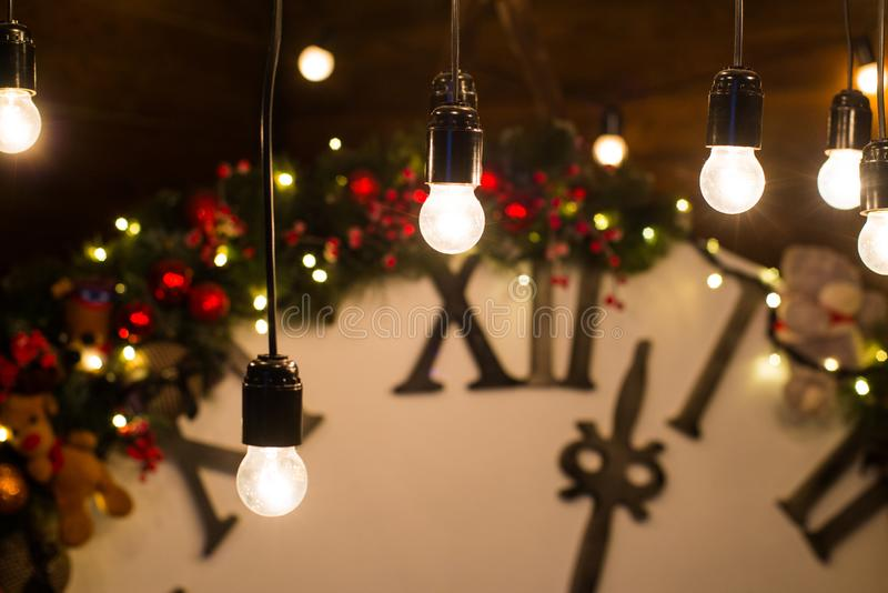 O feriado bonito decorou a sala de visitas com árvore e presentes de Natal Pulso de disparo mágico grande na parede de madeira fotografia de stock royalty free