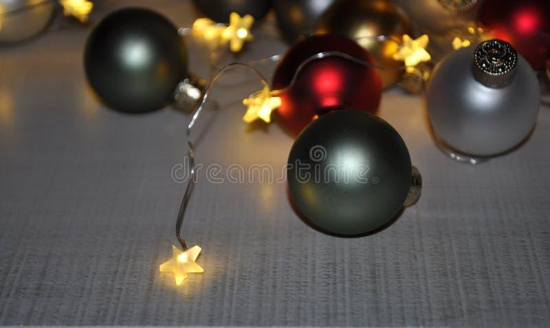 O feriado do Natal orienta envolvido em luzes pequenas da estrela fotografia de stock royalty free
