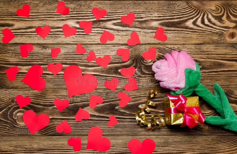 O feriado/fundo romântico/casamento/dia de são valentim com luxuoso aumentou, caixa de presente, corações pequenos e fita do ouro fotos de stock