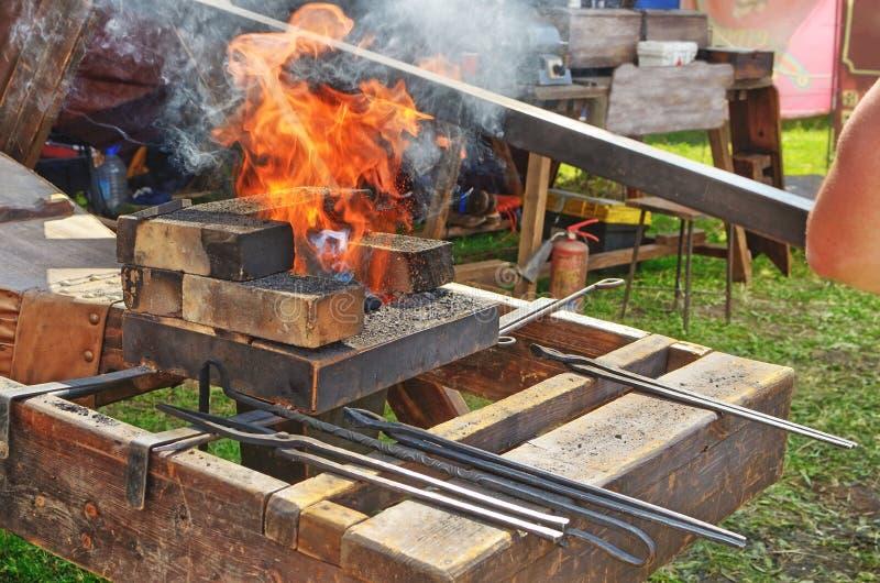 O ferreiro é um mestre do processamento do metal foto de stock