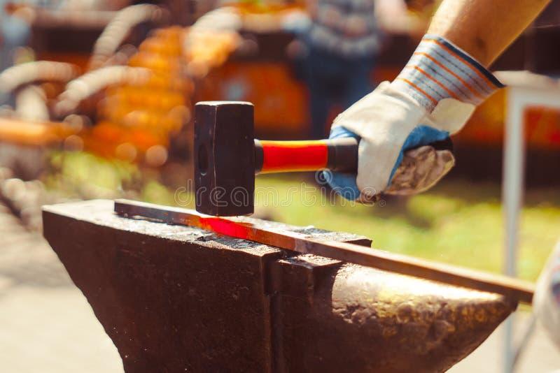 O ferreiro forja o ferro imagem de stock royalty free