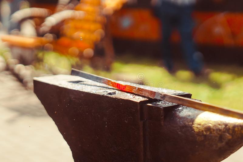 O ferreiro forja o ferro foto de stock royalty free
