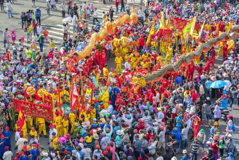 O festival de lanterna chinês com dragões coloridos, leão, bandeiras, carros, marchou na multidão atraída ruas fotos de stock royalty free