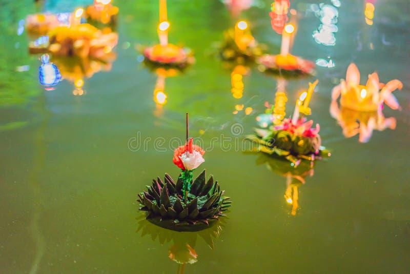 O festival de Loy Krathong, pessoa compra flores e vela para iluminar-se e flutuar na água para comemorar o festival de Loy Krath fotografia de stock