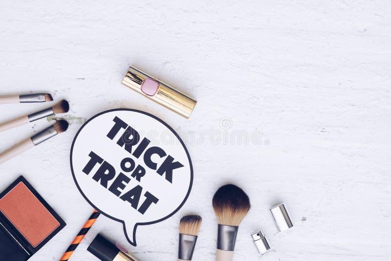 O festival feliz de Dia das Bruxas com o plano cosmético da forma coloca o conceito foto de stock