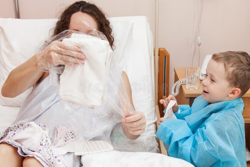 Mãe de visita do filho no hospital fotografia de stock