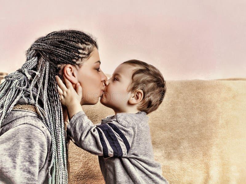 O filho pequeno beija sua mãe Fim acima fotografia de stock royalty free