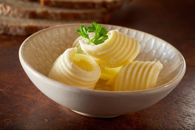 O fim acima da bacia pequena bonito de manteiga fresca ondula foto de stock royalty free