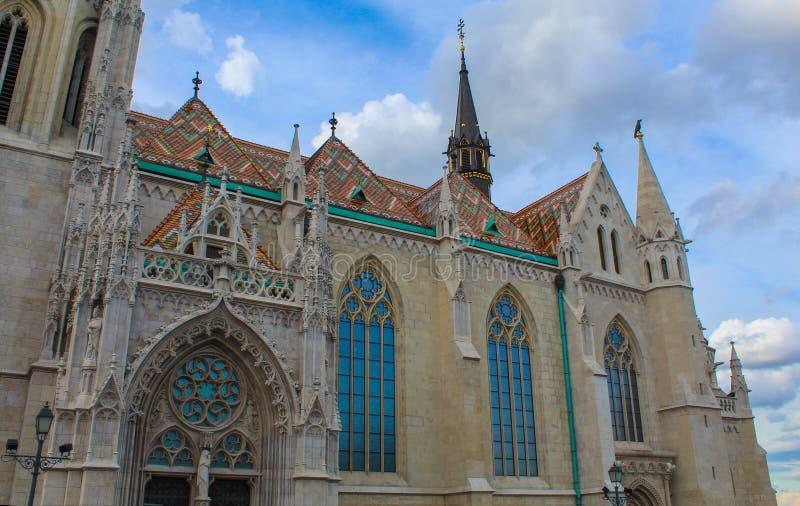 O fim acima da fachada, do telhado e das janelas do St Matthias Church em Budapest imagens de stock