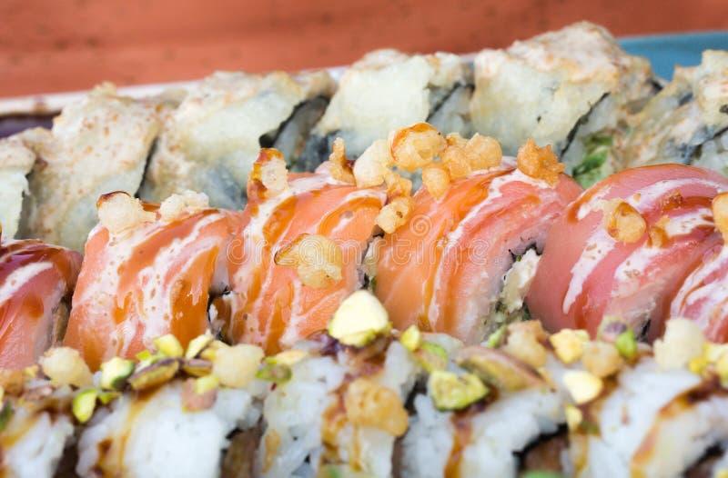 O fim acima da imagem do alimento do grupo do sushi serviu no fundo cerâmico da placa Foto para elementos do texto e do projeto imagens de stock