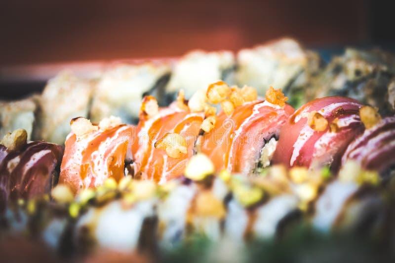 O fim acima da imagem do alimento do grupo do sushi serviu no fundo cerâmico da placa Foto para elementos do texto e do projeto fotos de stock