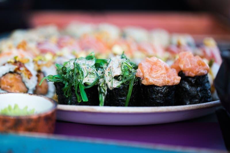 O fim acima da imagem do alimento do grupo do sushi serviu no fundo cerâmico da placa Foto para elementos do texto e do projeto imagem de stock royalty free