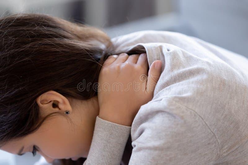 O fim acima da mulher caucasiano nova sofre da dor de pescoço fotografia de stock royalty free