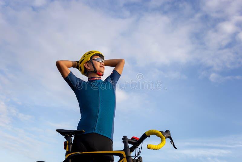 O fim acima da posição Biking do homem do ciclista relaxa com a bicicleta no th imagem de stock royalty free